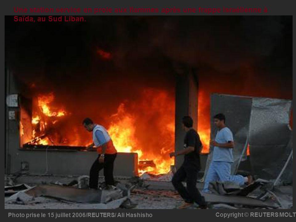 Une station service en proie aux flammes après une frappe israélienne à Saïda, au Sud Liban.