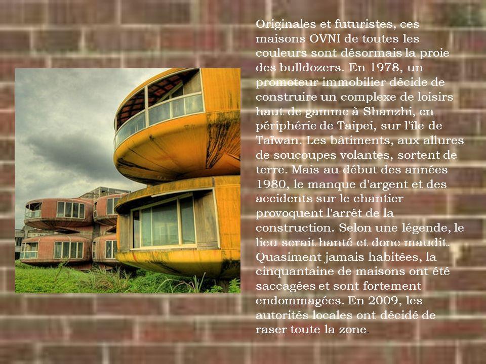 Originales et futuristes, ces maisons OVNI de toutes les couleurs sont désormais la proie des bulldozers.