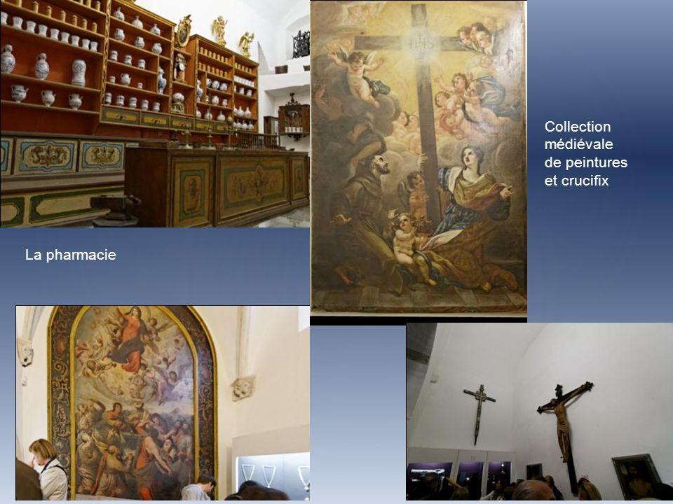 Collection médiévale de peintures et crucifix La pharmacie