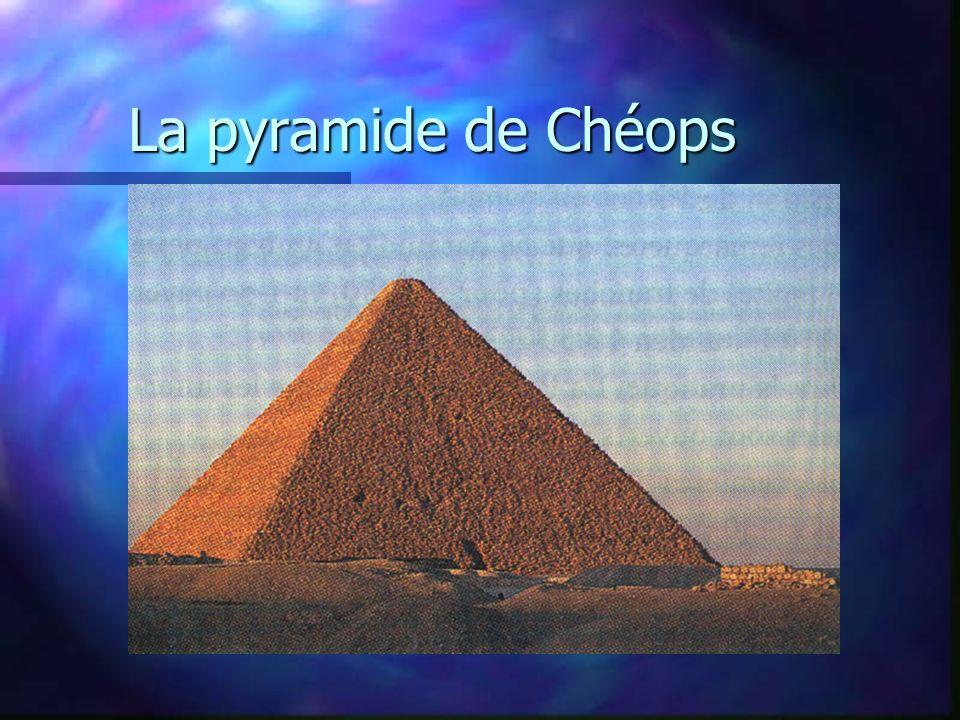 La pyramide de Chéops Les pyramides de Gizeh sont les monuments des Rois-Dieux égyptiens, érigés entre3400 et 2200 ans av. J.-C.