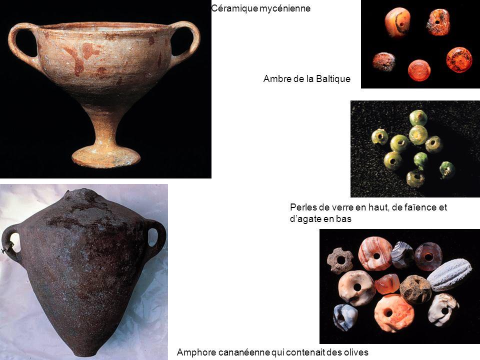 Céramique mycénienne Ambre de la Baltique. Perles de verre en haut, de faïence et d'agate en bas.