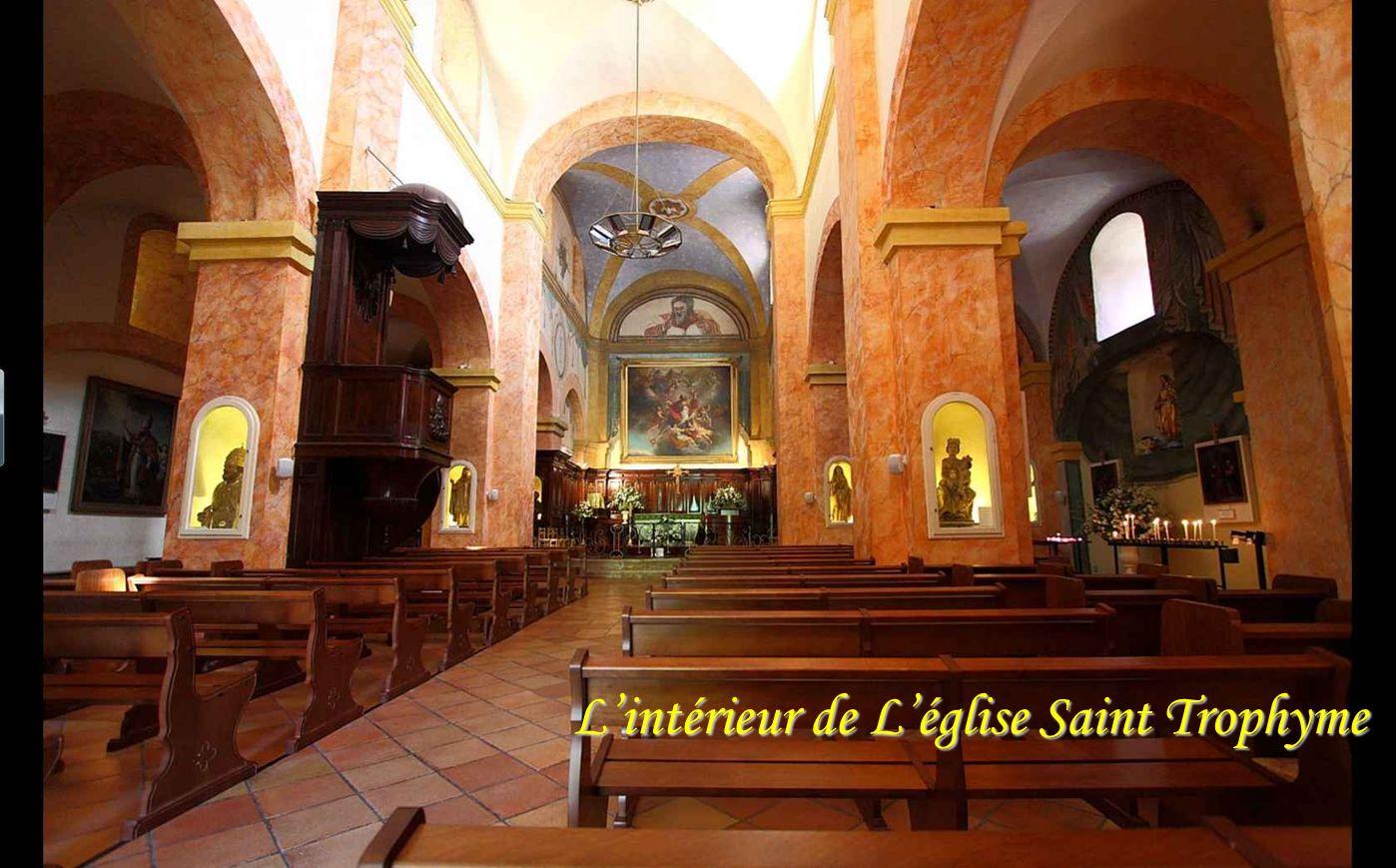 L'intérieur de L'église Saint Trophyme