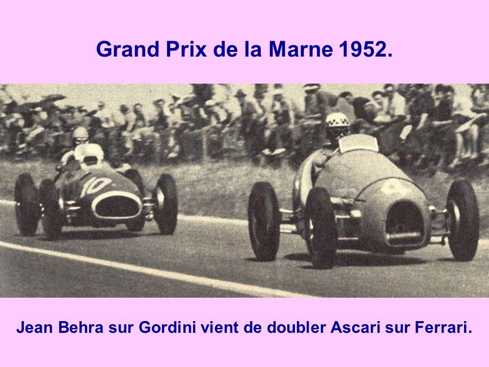 Jean Behra sur Gordini vient de doubler Ascari sur Ferrari.