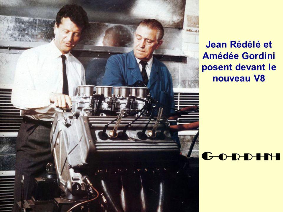 Jean Rédélé et Amédée Gordini posent devant le nouveau V8