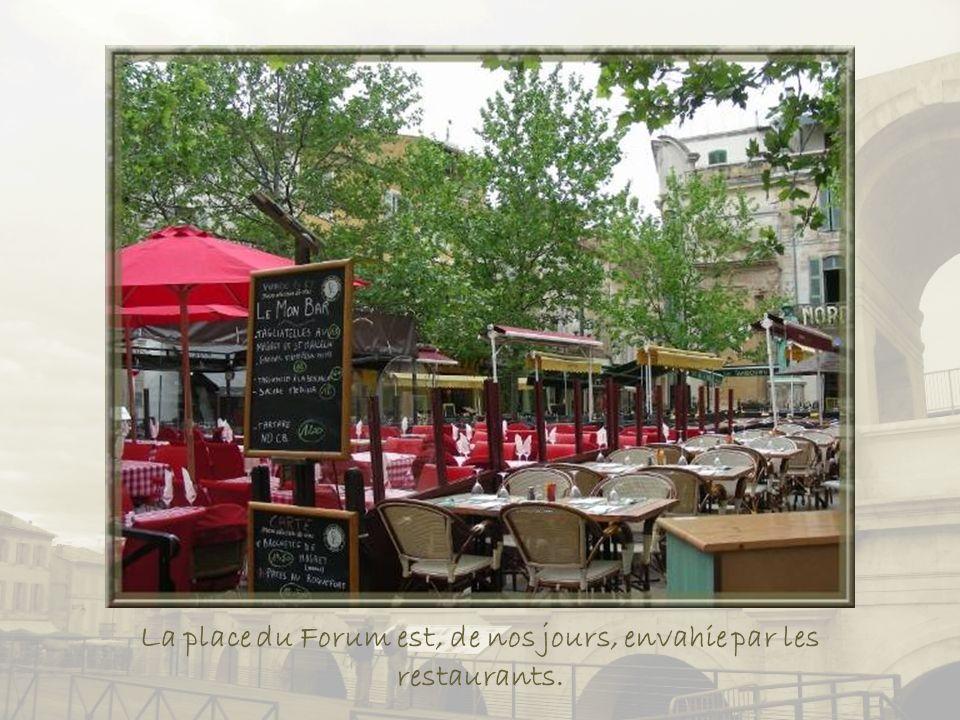 La place du Forum est, de nos jours, envahie par les restaurants.