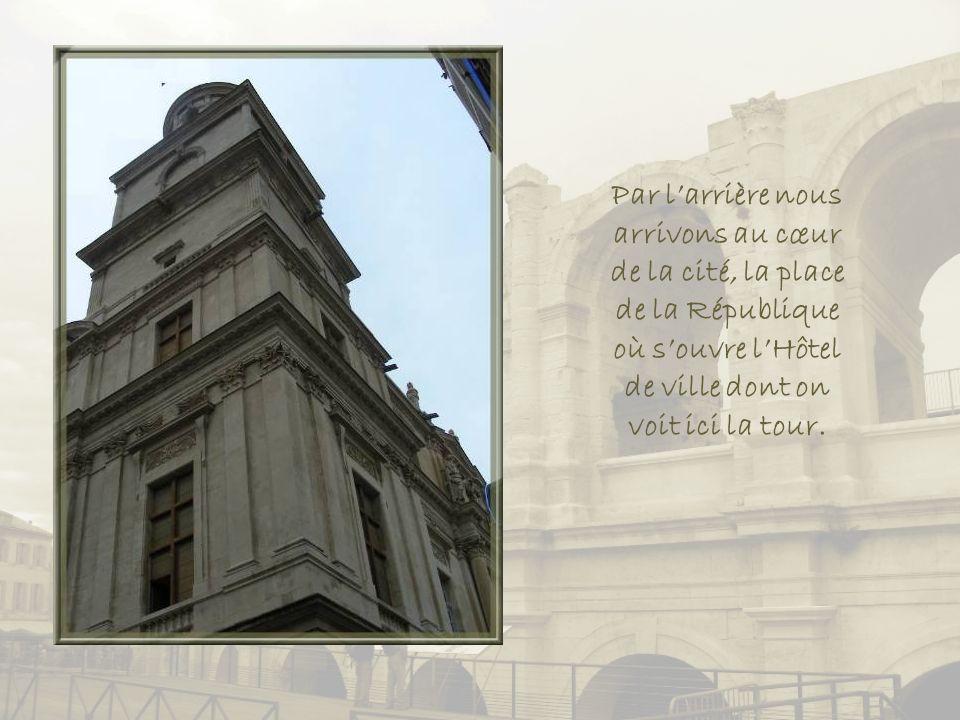 Par l'arrière nous arrivons au cœur de la cité, la place de la République où s'ouvre l'Hôtel de ville dont on voit ici la tour.