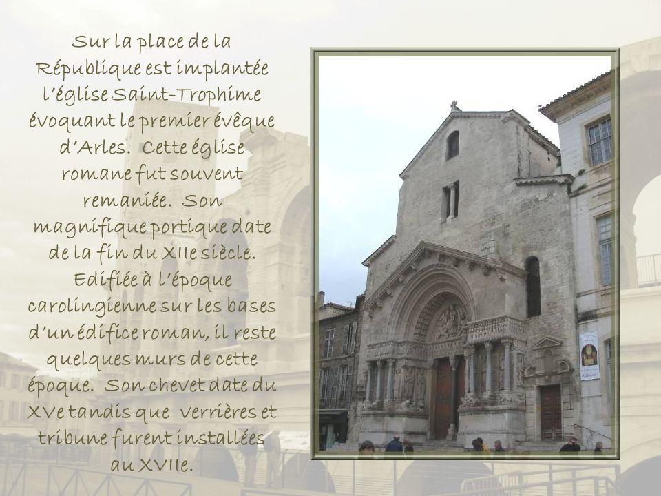Sur la place de la République est implantée l'église Saint-Trophime évoquant le premier évêque d'Arles.