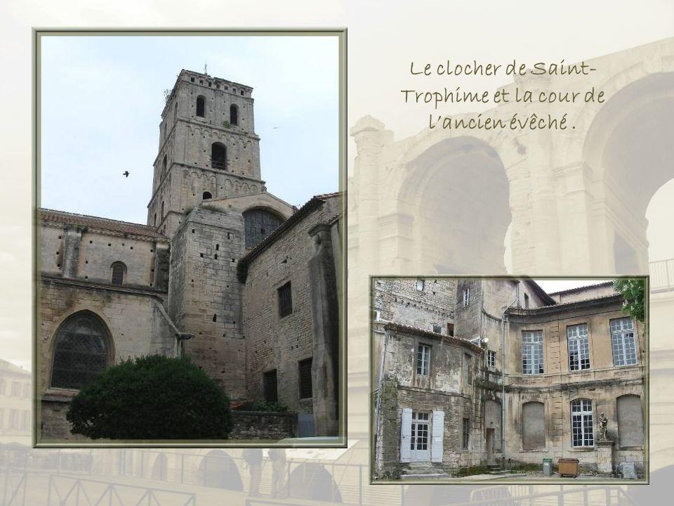 Le clocher de Saint-Trophime et la cour de l'ancien évêché .