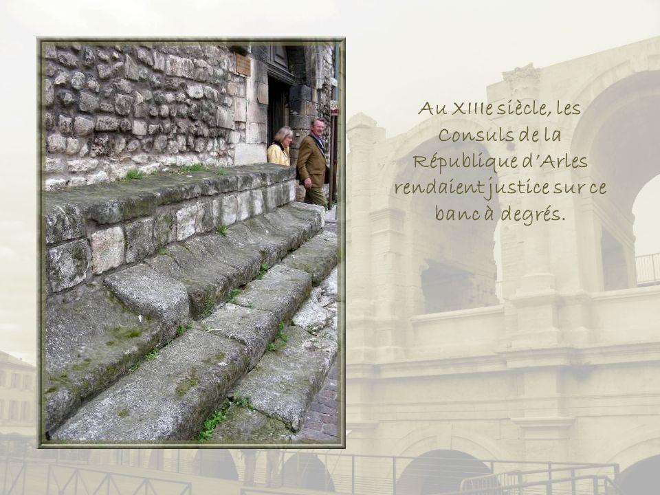 Au XIIIe siècle, les Consuls de la République d'Arles rendaient justice sur ce banc à degrés.
