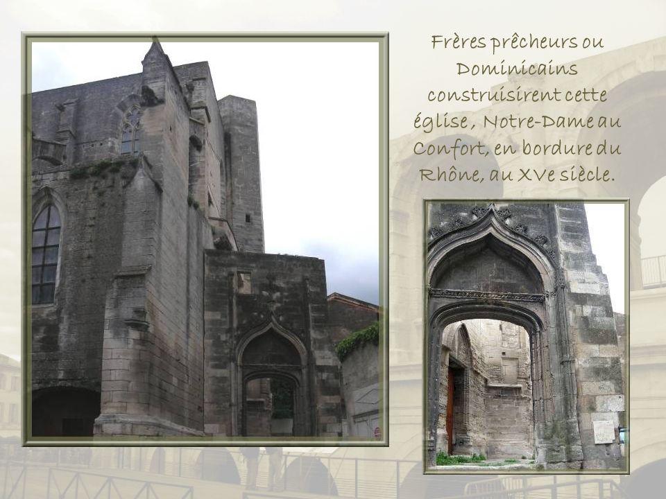 Frères prêcheurs ou Dominicains construisirent cette église , Notre-Dame au Confort, en bordure du Rhône, au XVe siècle.