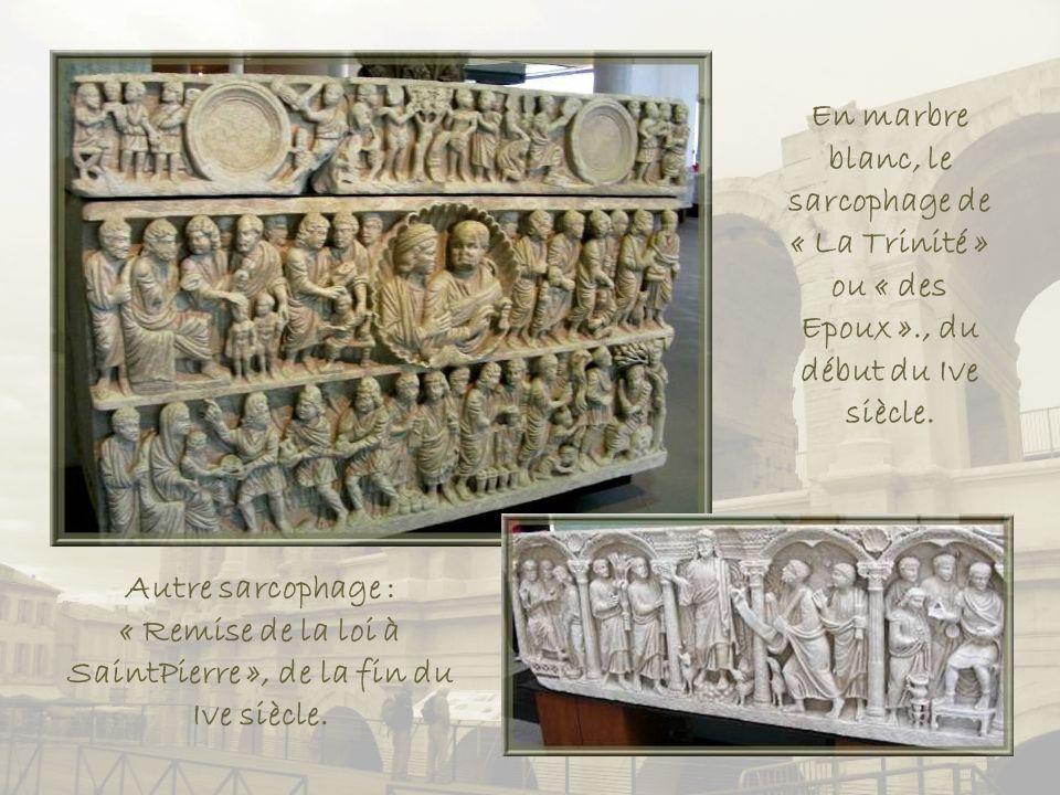 En marbre blanc, le sarcophage de « La Trinité » ou « des Epoux »