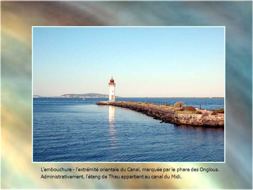 L'embouchure - l extrémité orientale du Canal, marquée par le phare des Onglous.