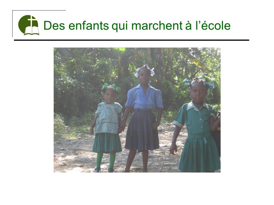 Des enfants qui marchent à l'école