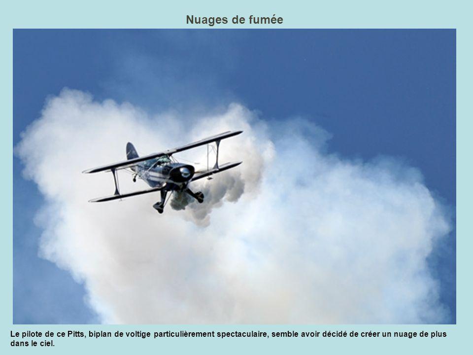 Nuages de fumée Le pilote de ce Pitts, biplan de voltige particulièrement spectaculaire, semble avoir décidé de créer un nuage de plus dans le ciel.