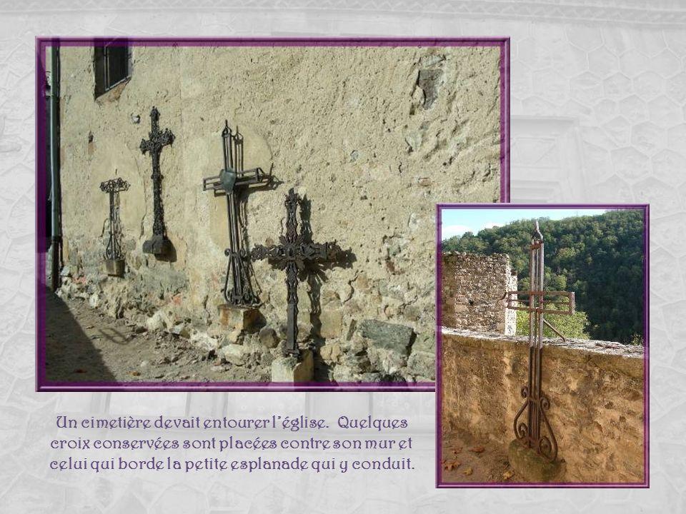 Un cimetière devait entourer l'église