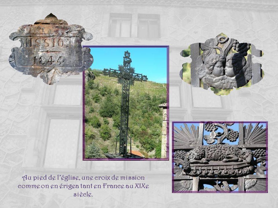 Au pied de l'église, une croix de mission comme on en érigea tant en France au XIXe siècle.