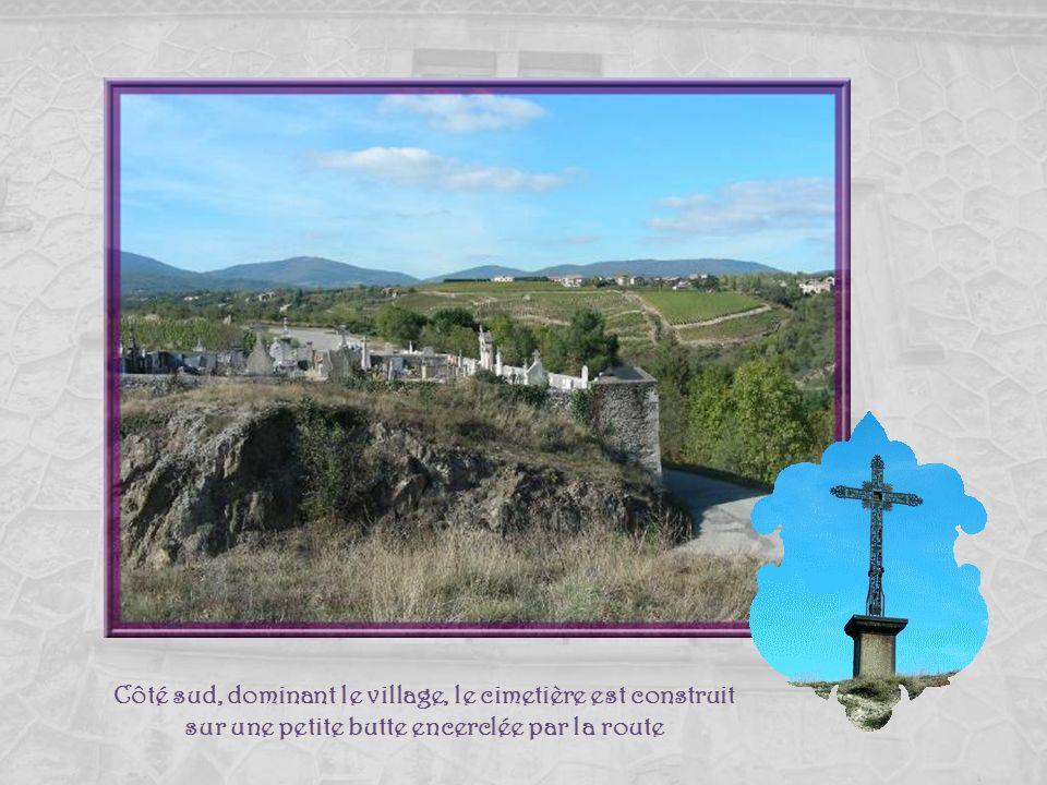 Côté sud, dominant le village, le cimetière est construit sur une petite butte encerclée par la route