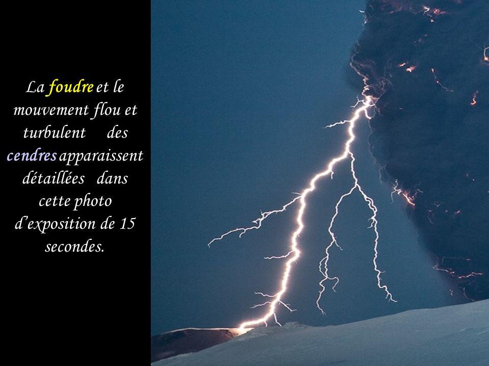 La foudre et le mouvement flou et turbulent des cendres apparaissent détaillées dans cette photo d'exposition de 15 secondes.