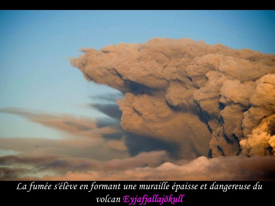 La fumée s élève en formant une muraille épaisse et dangereuse du volcan Eyjafjallajökull
