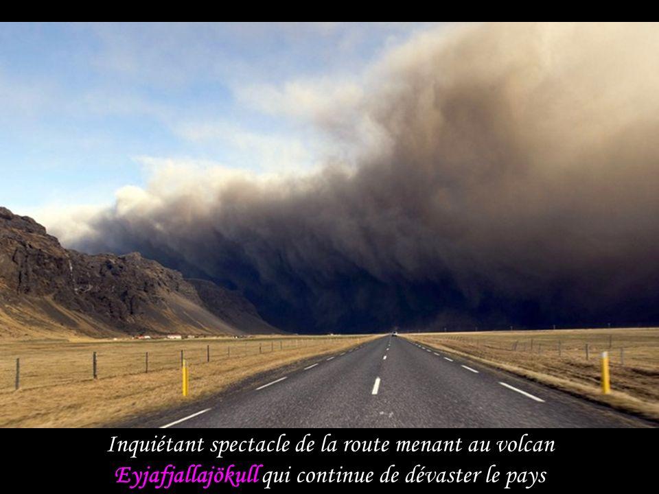 Inquiétant spectacle de la route menant au volcan Eyjafjallajökull qui continue de dévaster le pays
