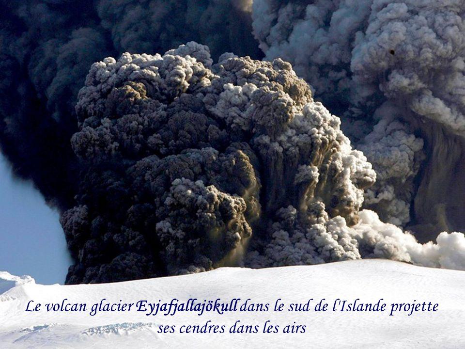 Le volcan glacier Eyjafjallajökull dans le sud de l Islande projette ses cendres dans les airs