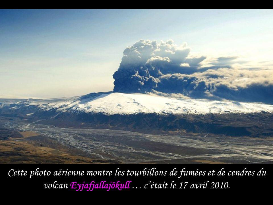 Cette photo aérienne montre les tourbillons de fumées et de cendres du volcan Eyjafjallajökull … c'était le 17 avril 2010.
