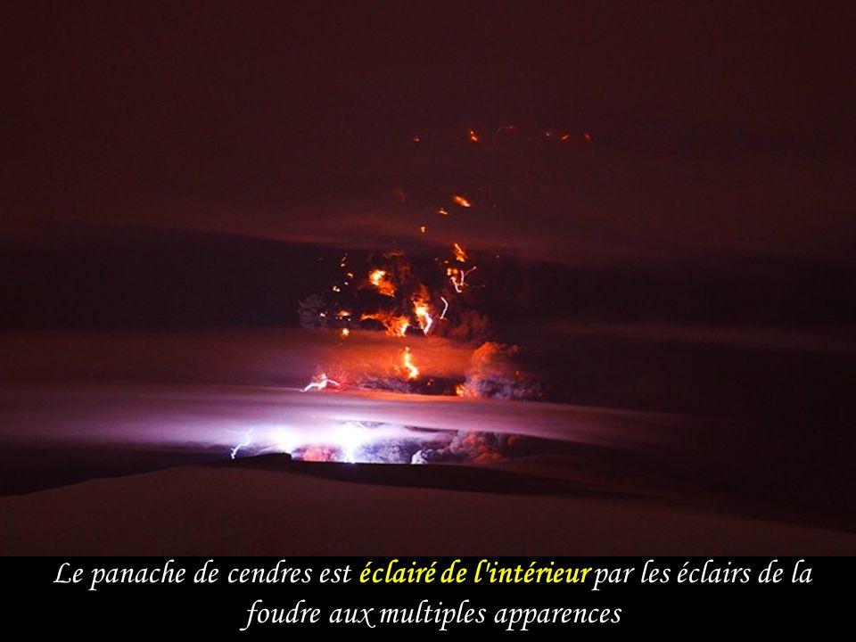 Le panache de cendres est éclairé de l intérieur par les éclairs de la foudre aux multiples apparences
