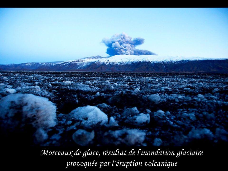 Morceaux de glace, résultat de l inondation glaciaire provoquée par l'éruption volcanique
