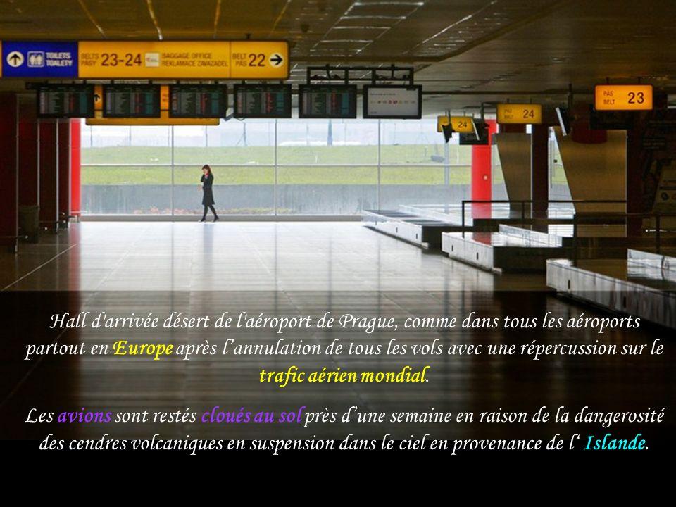 Hall d arrivée désert de l aéroport de Prague, comme dans tous les aéroports partout en Europe après l'annulation de tous les vols avec une répercussion sur le trafic aérien mondial.