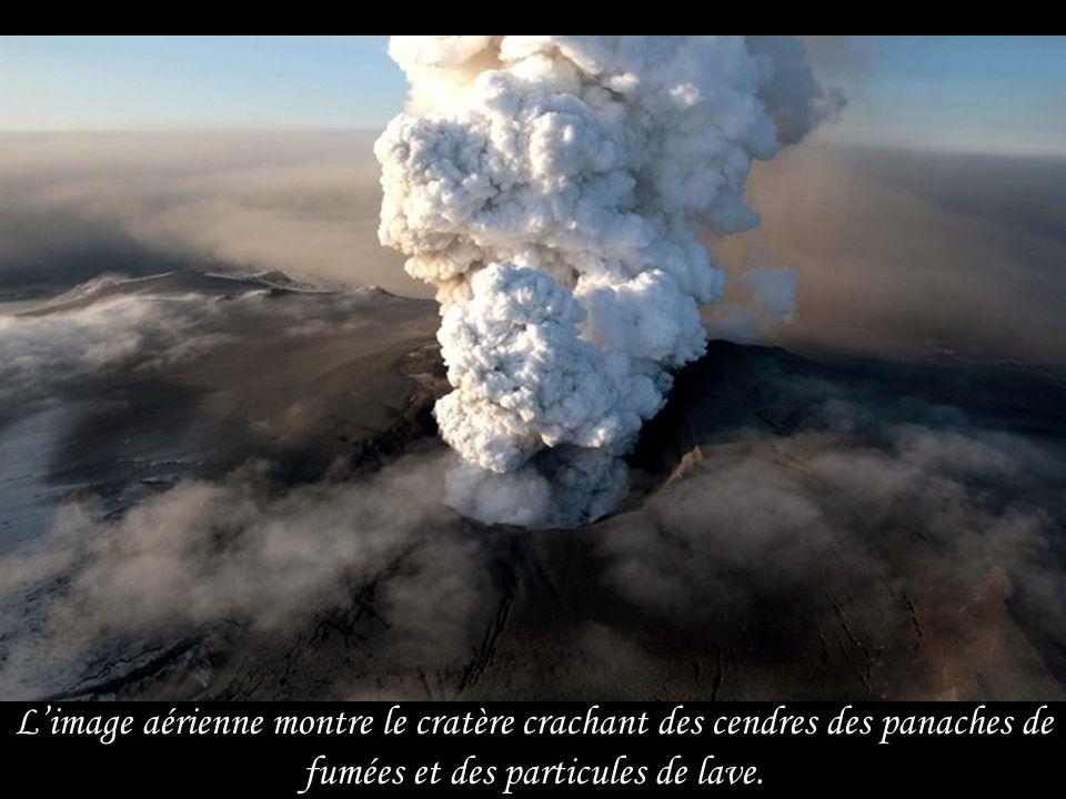 L'image aérienne montre le cratère crachant des cendres des panaches de fumées et des particules de lave.