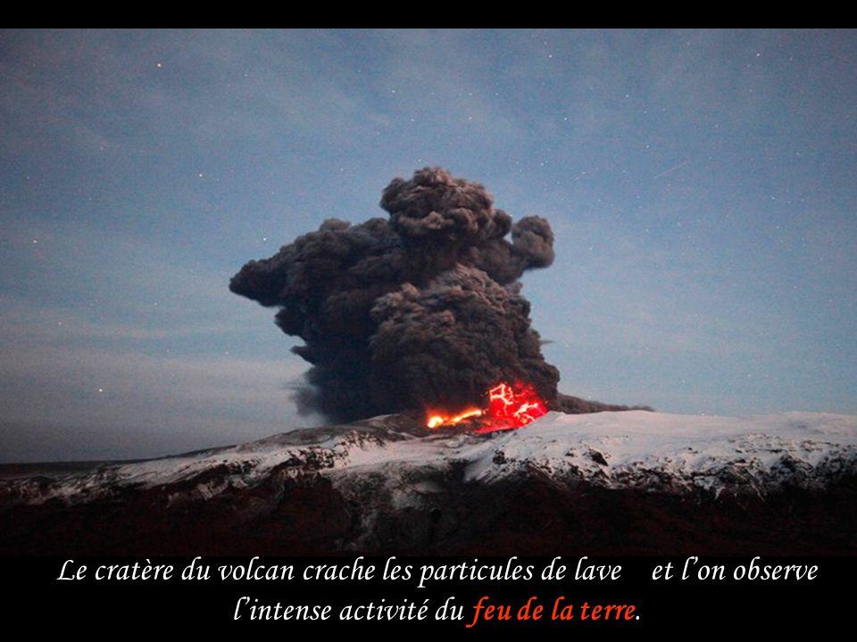 Le cratère du volcan crache les particules de lave et l'on observe l'intense activité du feu de la terre.