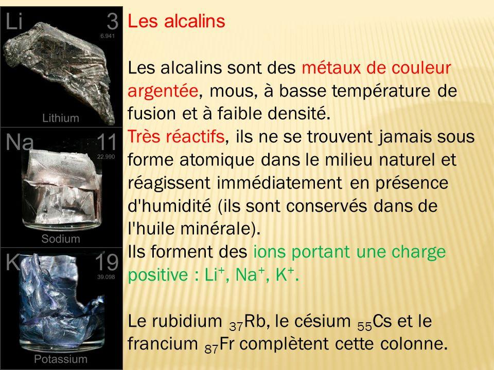 Les alcalins Les alcalins sont des métaux de couleur argentée, mous, à basse température de fusion et à faible densité.