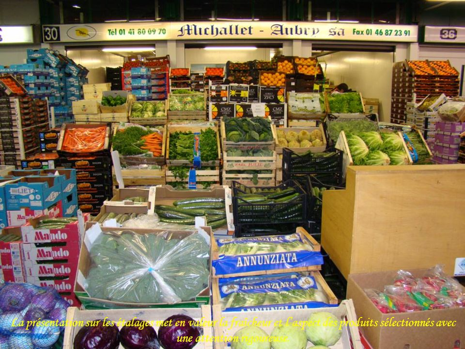 La présentation sur les étalages met en valeur la fraîcheur et l'aspect des produits sélectionnés avec une attention rigoureuse.