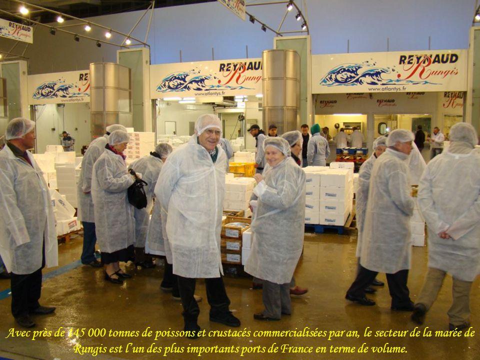 Avec près de 145 000 tonnes de poissons et crustacés commercialisées par an, le secteur de la marée de Rungis est l'un des plus importants ports de France en terme de volume.