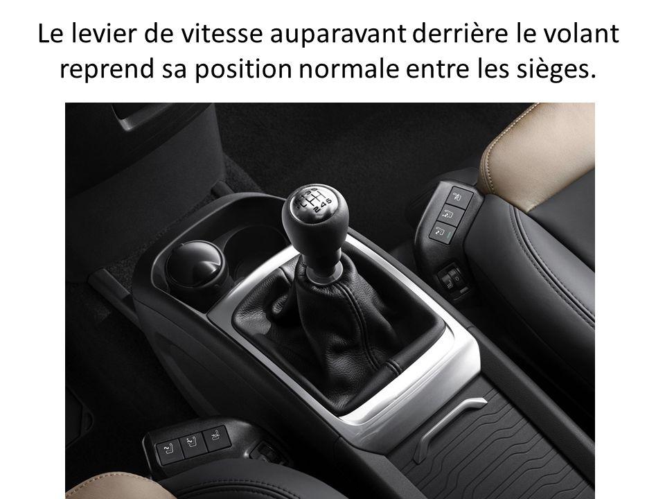 Le levier de vitesse auparavant derrière le volant reprend sa position normale entre les sièges.