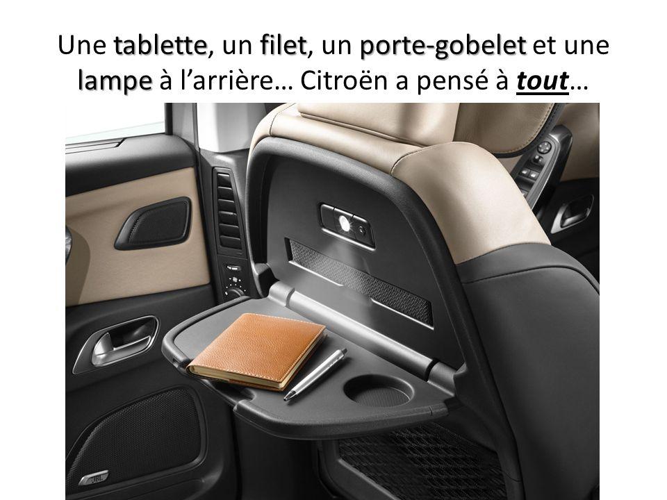 Une tablette, un filet, un porte-gobelet et une lampe à l'arrière… Citroën a pensé à tout…