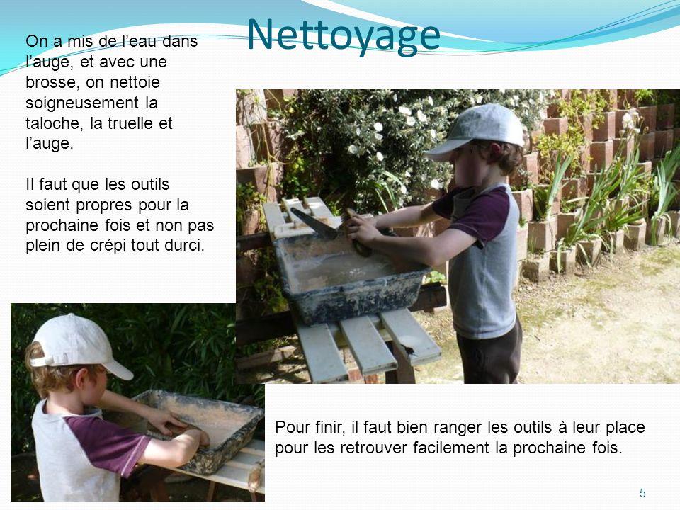 Nettoyage On a mis de l'eau dans l'auge, et avec une brosse, on nettoie soigneusement la taloche, la truelle et l'auge.