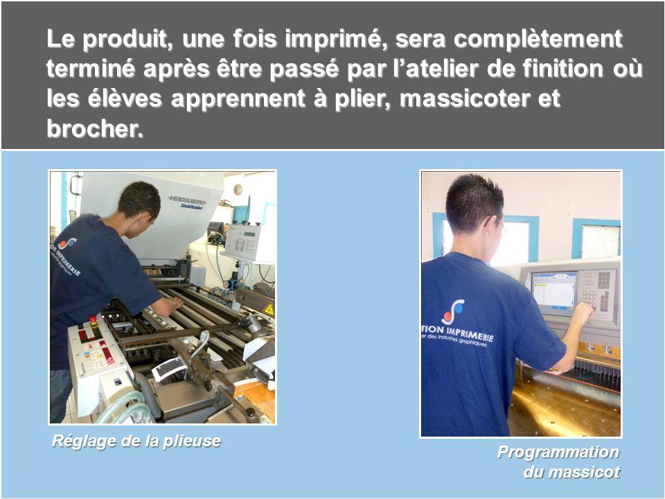 Le produit, une fois imprimé, sera complètement terminé après être passé par l'atelier de finition où les élèves apprennent à plier, massicoter et brocher.