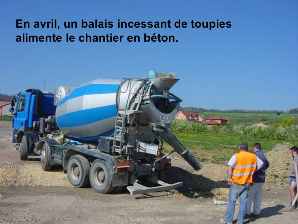 En avril, un balais incessant de toupies alimente le chantier en béton.
