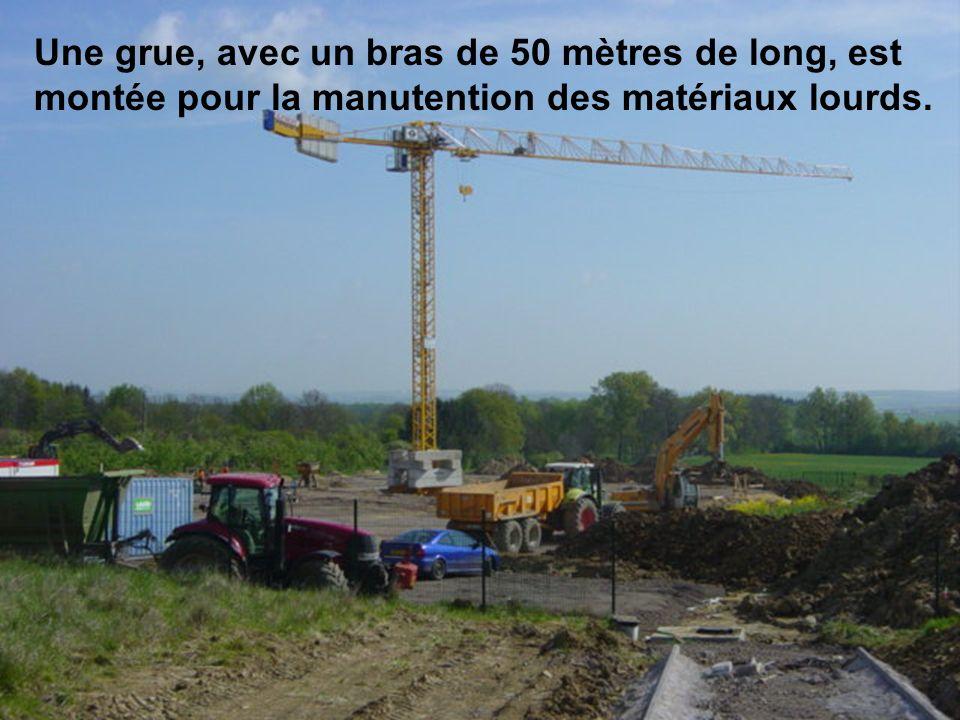 Une grue, avec un bras de 50 mètres de long, est montée pour la manutention des matériaux lourds.