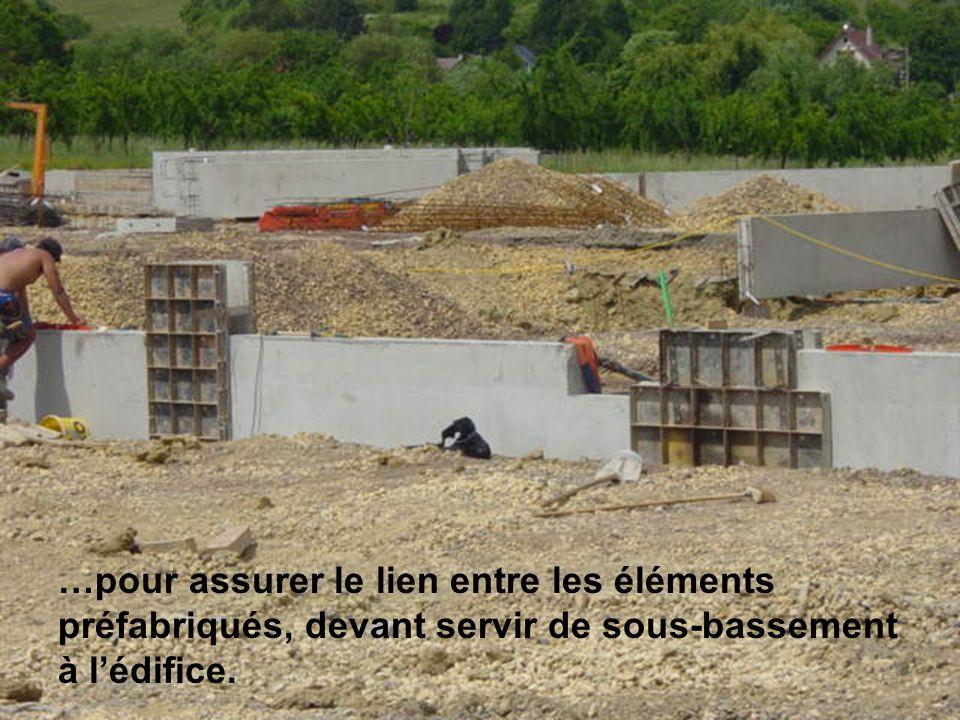 …pour assurer le lien entre les éléments préfabriqués, devant servir de sous-bassement à l'édifice.