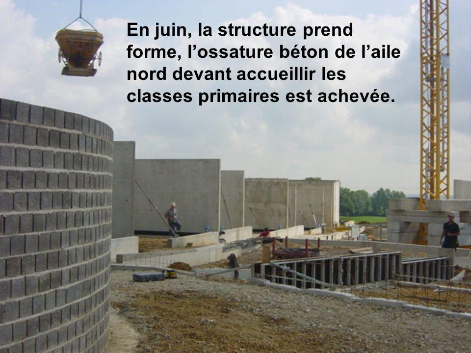 En juin, la structure prend forme, l'ossature béton de l'aile nord devant accueillir les classes primaires est achevée.