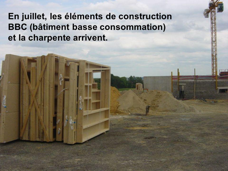 En juillet, les éléments de construction BBC (bâtiment basse consommation) et la charpente arrivent.