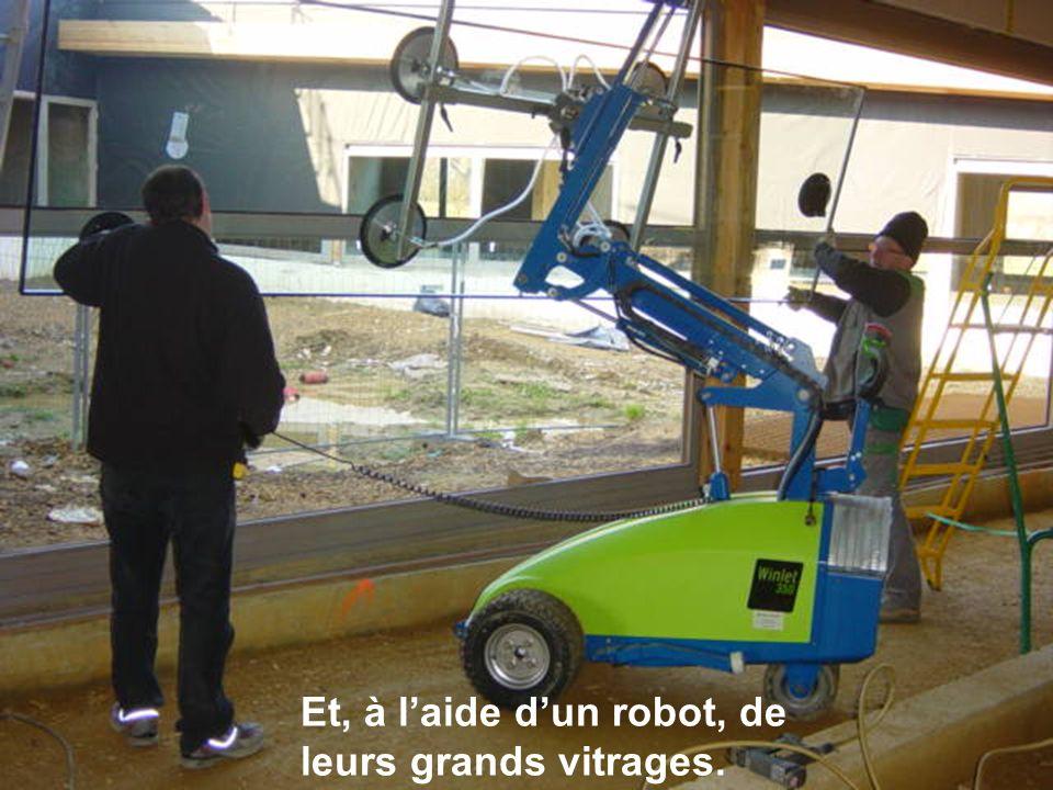 Et, à l'aide d'un robot, de leurs grands vitrages.