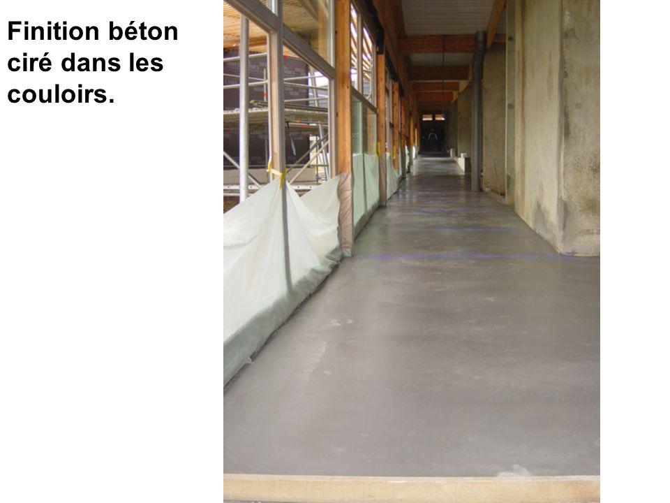 Finition béton ciré dans les couloirs.