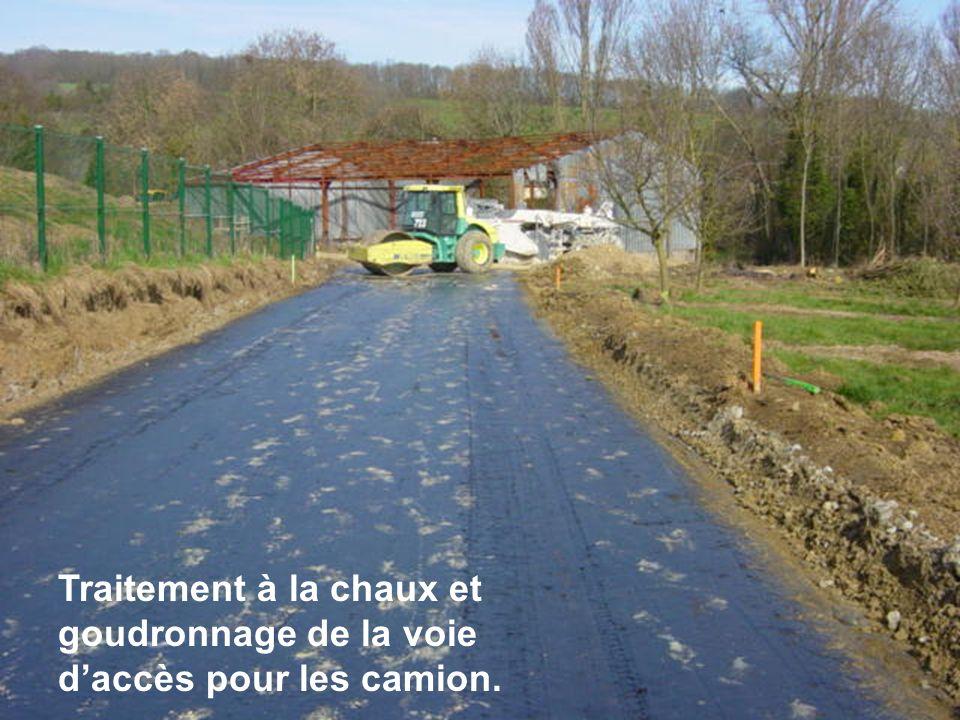 Traitement à la chaux et goudronnage de la voie d'accès pour les camion.
