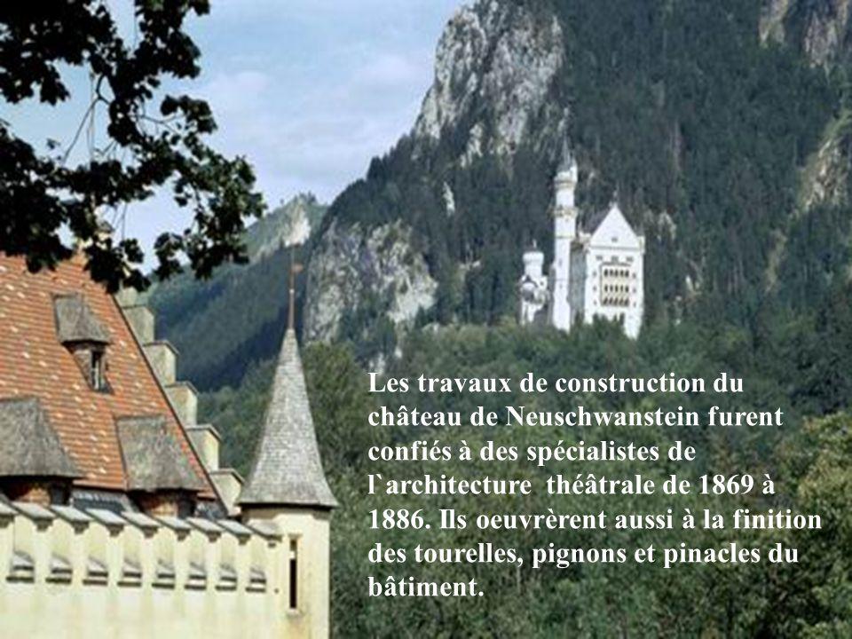 Les travaux de construction du château de Neuschwanstein furent confiés à des spécialistes de l`architecture théâtrale de 1869 à 1886.