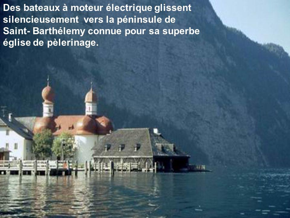 Des bateaux à moteur électrique glissent silencieusement vers la péninsule de Saint- Barthélemy connue pour sa superbe église de pèlerinage.