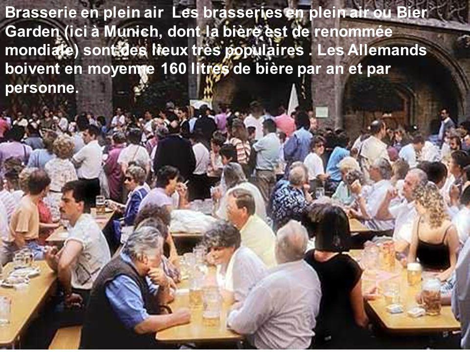 Brasserie en plein air Les brasseries en plein air ou Bier Garden (ici à Munich, dont la bière est de renommée mondiale) sont des lieux très populaires .