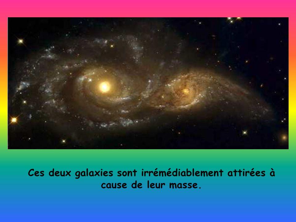 Ces deux galaxies sont irrémédiablement attirées à cause de leur masse.